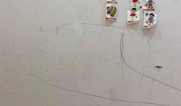 Cách xóa bút màu trẻ vẽ lên tường triệt để?