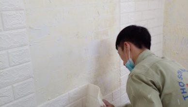 Giá bóc giấy dán tường rồi sơn bao tiền?